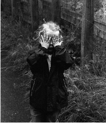 puppetmasters-kind met handen voor de ogen